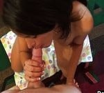 Brunette tiener wordt wakker met een vinger in haar kutje