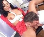 Sandra neukt haar ondermaats presterende manager