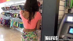 Neukt een vriend in de paskamer van een kledingwinkel