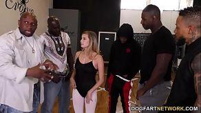Vijf zwarten neuken een arme en onschuldige danser