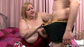 Deze dikke volwassen vrouw krijgt seks aangeboden in ruil voor geld in het park