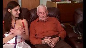De perverse opa neukte de vriend van zijn kleindochter