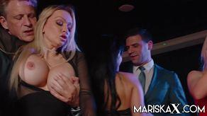 Volwassen met grote tieten Mariska X Productions organiseert thuis een orgie met haar vriendinnen