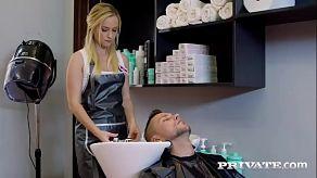 De kapper krijgt wat extra geld om de oude man te neuken