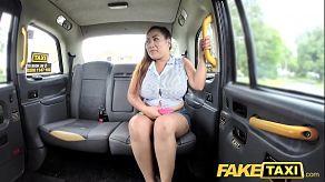 Oude chauffeur neukt een dikke vrouw met grote tieten in zijn taxi