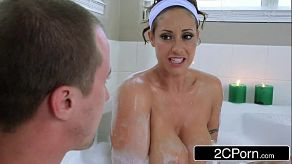 Ze debuteert haar nieuwe bubbelbad en neukt met haar vriendje