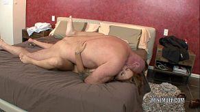 Gia Jakarta trekt de harde pik van haar vader af voordat ze hem goed neukt