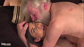 Anya Krey verleidt vieze oude kerel om haar te neuken