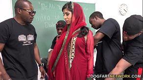 Arabische Nadia Ali neukt met zwarte mannen in een gangbang
