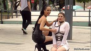 Fetish Liza met leer beklede vrouw plast in het openbaar