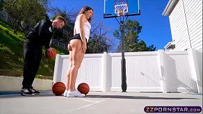 Na wat basketbal heeft ze anale seks met haar coach